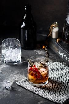 Cuba libre ou cocktail de thé glacé long island avec boissons fortes, cola, citron vert et glace en verre, longdrink froid ou limonade. cocktail avec feu. cocktail de fumée.