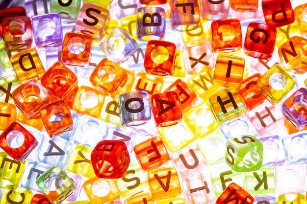 Un cube de l'alphabet anglais en arrière-plan
