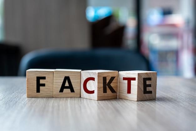 Cube en bois avec bloc retournable fake to fact word