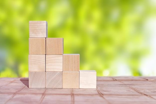 Cube de bois disposé en forme de pyramide, concept d'entreprise.