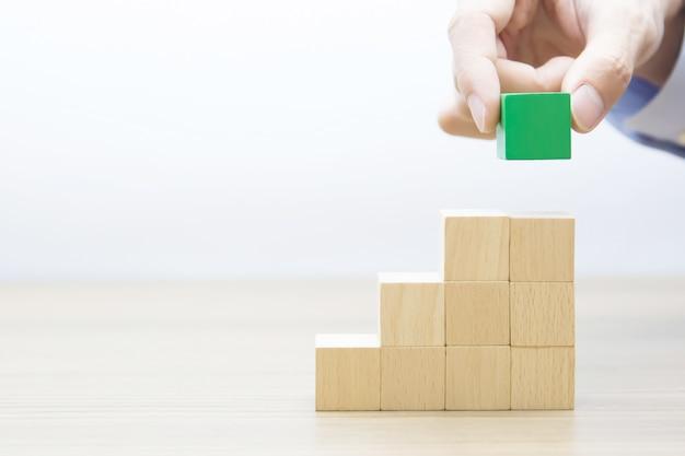 Cube en bois empilé en forme de triangle