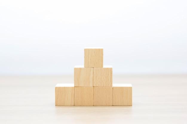 Cube en bois empilé sans graphiques.