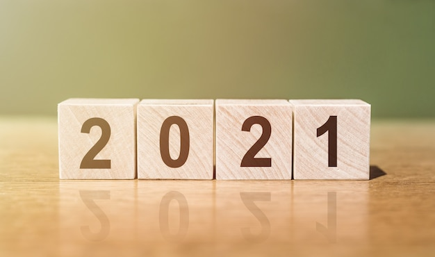 Cube en bois avec des nombres 2021 le début de la nouvelle année
