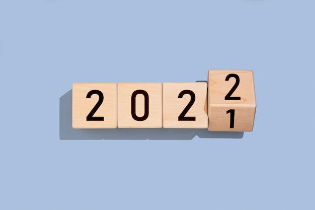 Cube en bois avec le numéro 2021 à 2022 sur fond bleu