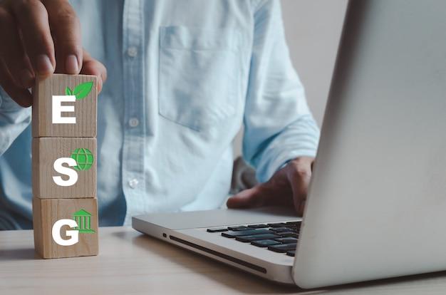 Cube en bois avec symbole du concept esg. concept d'investissement esg (environnement, social, gouvernance) axé sur l'environnement, la société et la bonne gouvernance.