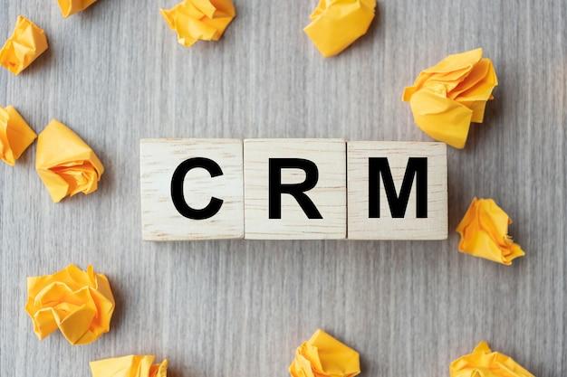 Cube en bois avec texte crm (customer relationship management)