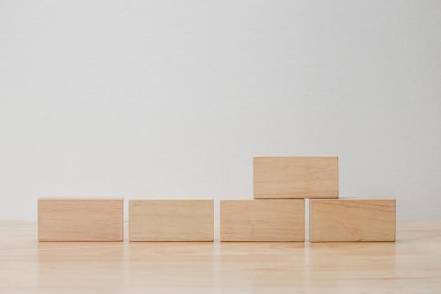 Cube en bois véritable géométrique abstraite avec disposition surréaliste sur fond blanc