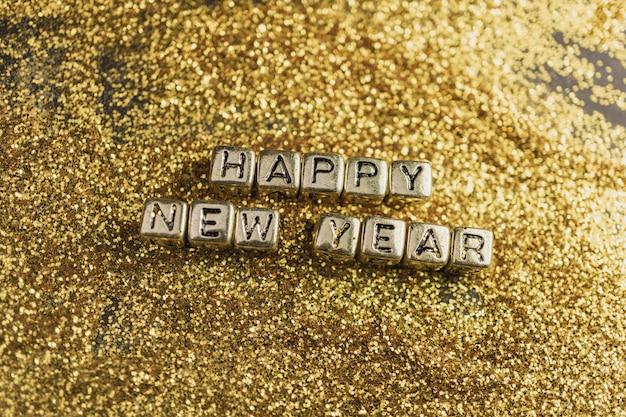 Cube de bonne année sur l'or scintillant, abstrait de vacances rougeoyant de vacances
