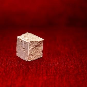 Cube de pierre brute isolé