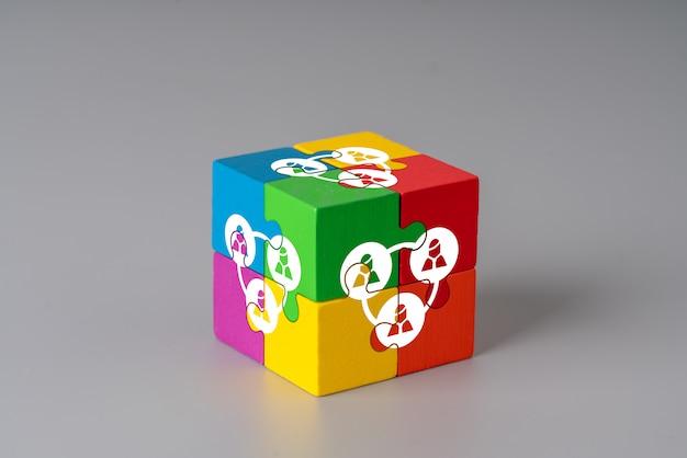 Cube de puzzle affaires et rh avec la main