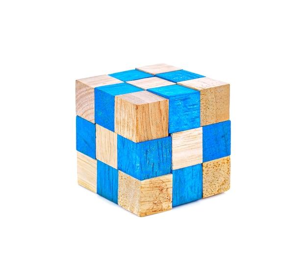 Cube rubik en bois isolé sur fond blanc.