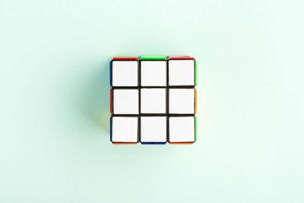 Le cube de rubik sur le fond bleu clair