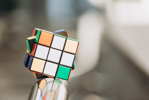 Le cube de rubik sur fond flou