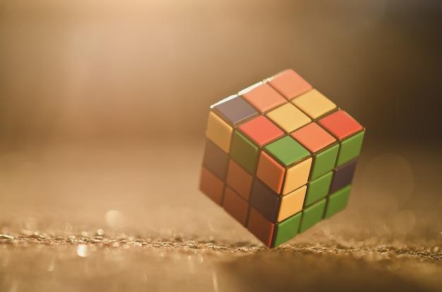 Le cube de rubik situé sur le fond coloré,