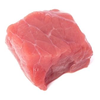 Cube de viande de boeuf haché cru isolé sur fond blanc découpé.
