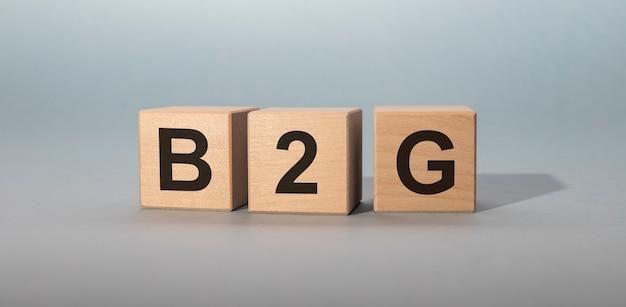 Cubes et dés avec acronyme bg entreprise au gouvernement sur fond gris