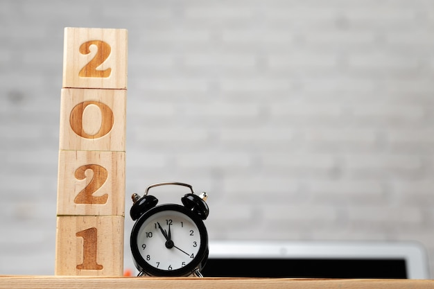 Cubes en bois avec l'année 2021 sur la table de travail. concept de l'année 2021