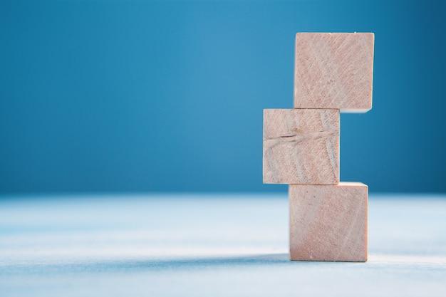 Cubes en bois les uns sur les autres
