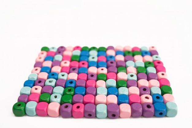 Cubes en bois colorés sur fond blanc, isolés.