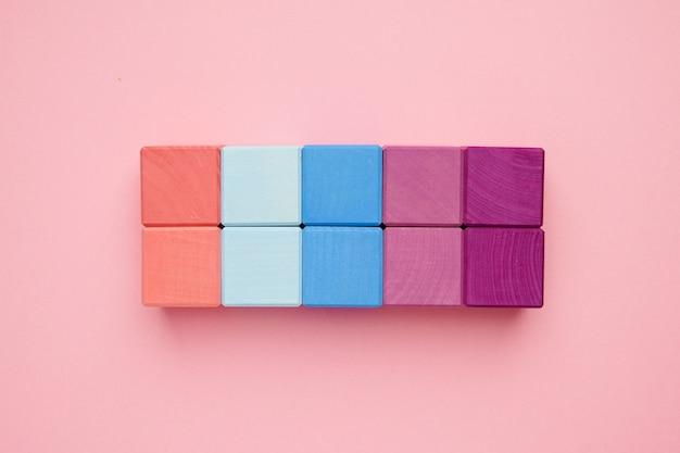 Cubes en bois colorés. jouets de créativité. blocs de construction pour enfants