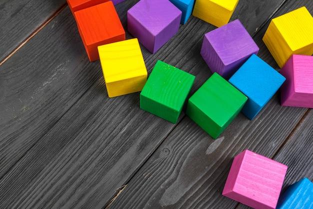 Cubes en bois colorés sur une table en bois