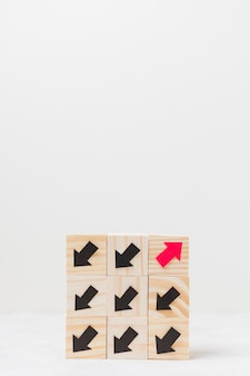 Cubes en bois avec concept d'originalité de flèches