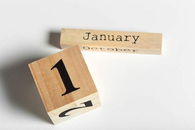 Cubes en bois avec date sur fond blanc. 1er janvier