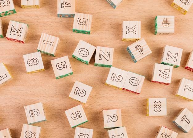 Cubes en bois éparpillés sur le sol