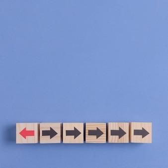 Cubes en bois avec flèche sur fond d'espace bleu