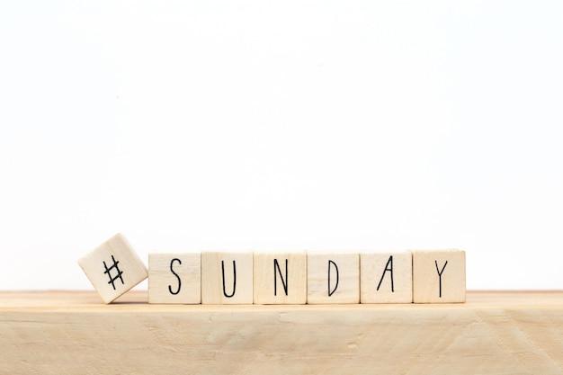 Cubes en bois avec un hashtag et le mot dimanche, concept de médias sociaux