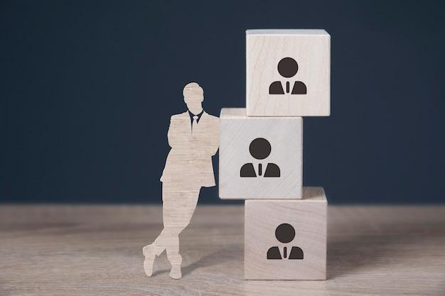 Cubes en bois avec des icônes de ressources humaines