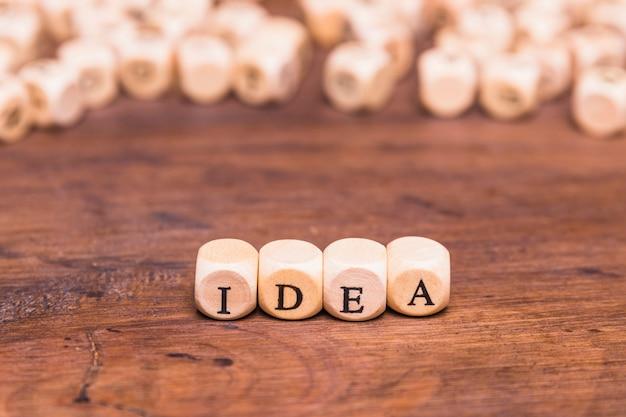 Cubes en bois avec idée de lettre sur le bureau