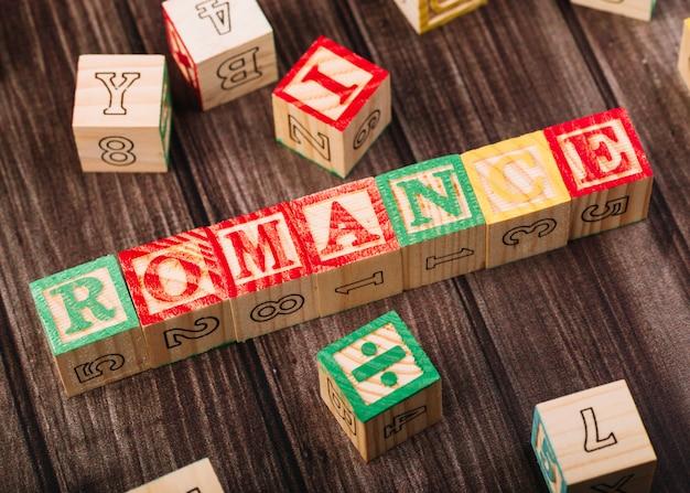 Cubes en bois avec inscription romance