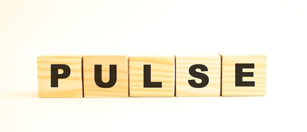 Cubes en bois avec des lettres isolées
