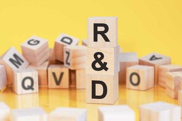 Cubes en bois avec les lettres q et a disposés en pyramide verticale, fond jaune, reflet de la surface de la table, concept d'entreprise, q et a - abréviation de question et réponse