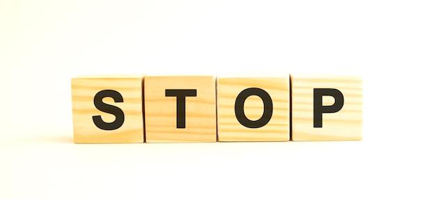 Cubes en bois avec des lettres.