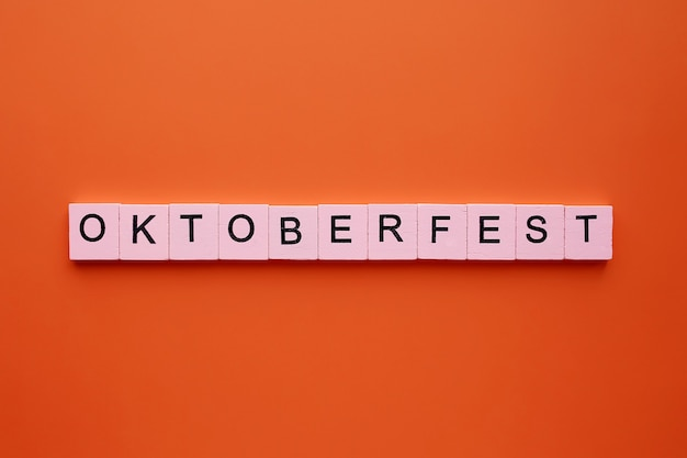 Cubes en bois de mot d'oktoberfest sur l'orange