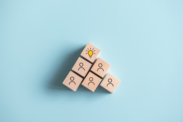 Cubes en bois avec symbole d'idée sur les icônes de personnes