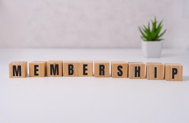 Cubes en bois avec le texte membership