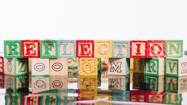 Cubes en bois avec titre de réflexion