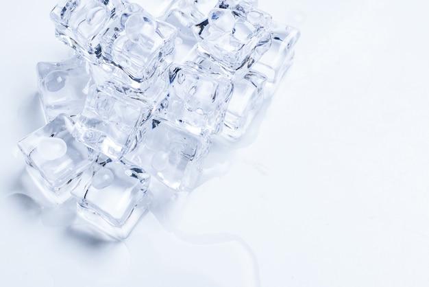 Cubes de cristal de glace, espace pour le texte ou la conception.