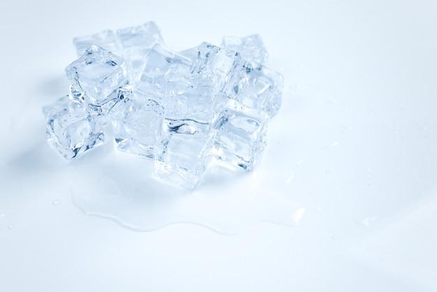 Cubes de cristal de glace, espace pour le texte ou le design.