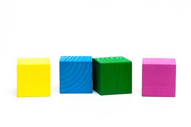 Cubes d'enfants colorés sur blanc isolé