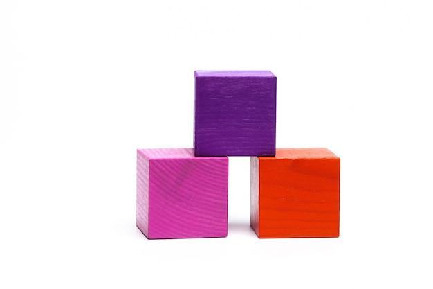 Cubes d'enfants colorés sur blanc