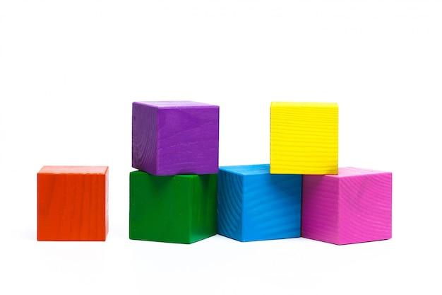 Cubes d'enfants colorés isolés