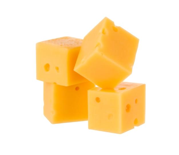 Cubes de fromage isolés sur fond blanc. avec un tracé de détourage.