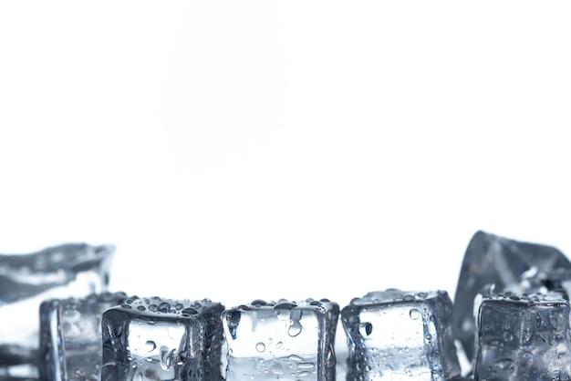 Cubes de glace avec fond blanc isolé