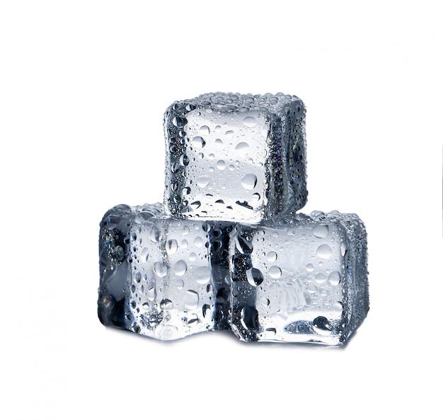 Cubes de glace sur fond blanc