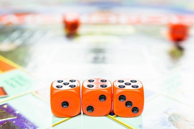 Cubes sur le jeu de plateau
