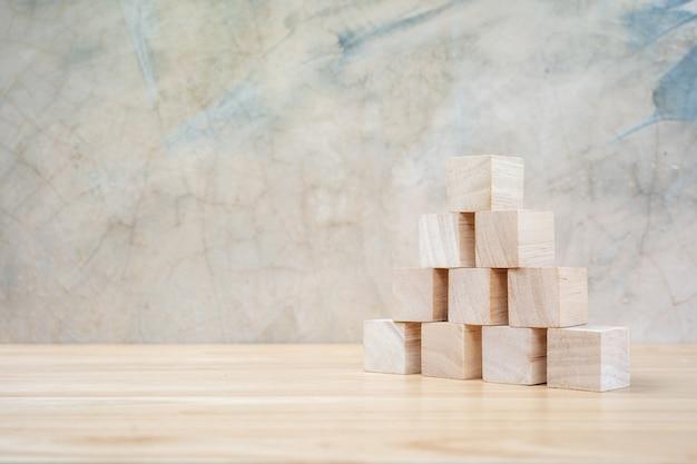 Cubes de jouets en bois sur fond gris table en bois ang